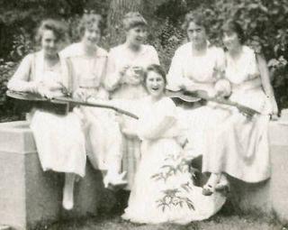MUSICIANS WOMEN GUITARISTS FAMILY FRIENDS PHOTO