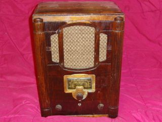 Antique Vintage RCA Victor Tombstone Tube Radio Short Wave Wood Case