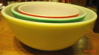 Set of 3 Pyrex Nesting Mixing Bowls in Primary Colors