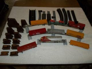 HO SCALE TRAIN SET WITH TYCO SANTA FE ENGINE & 8 CARS 25 PCS TRACK