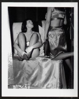 VINTAGE IRVING KLAW BETTIE BETTY PAGE BETWEEN POSES WAITING FOR IRVING